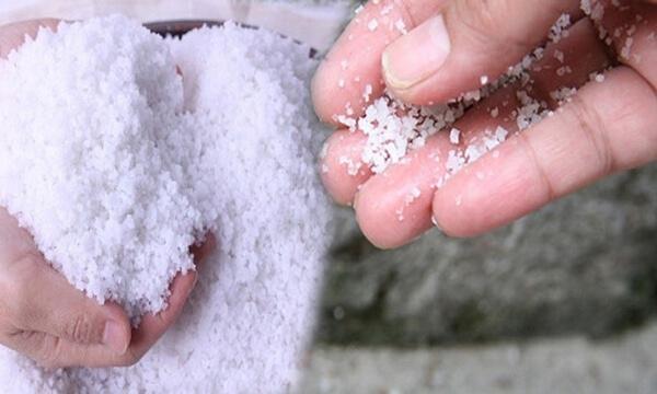 Muối trắng rắc xung quanh nhà giúp xua đuổi tà ma